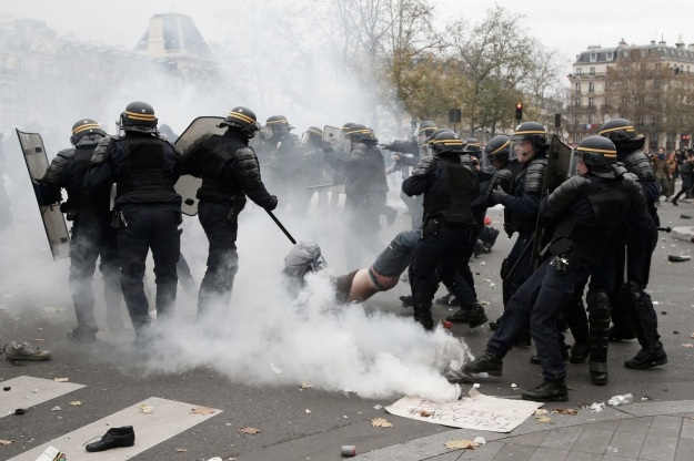 echauffourees-avec-la-police-lors-d-une-manifestation-place-de-la-republique-a-paris-le-29-novembre-2015-a-la-veille-de-la-cop21_5472868.jpg